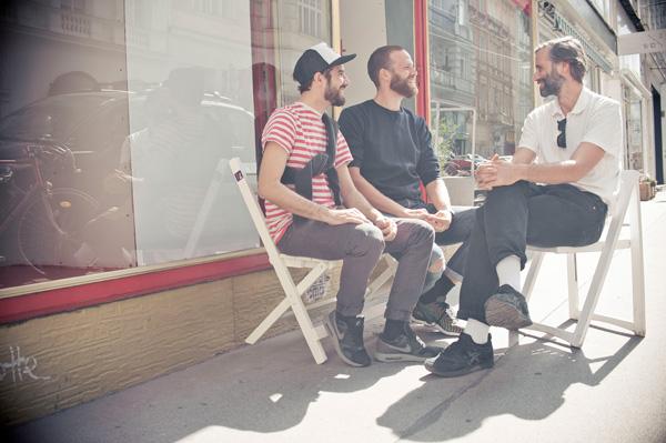 Die Initiatoren Geronimo Hirschal (links) und Bernhard Tobola (rechts) im Gespräch mit Unternehmer David Rüb (mitte) (c) Claudio Farkasch (1)